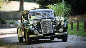 Décoration de voiture ancienne avec des fleurs