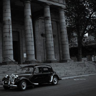 Une ancienne voiture au château de Beaugard