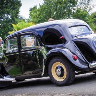 Véhicule original, une Traction Avant Citroën pour un mariage.
